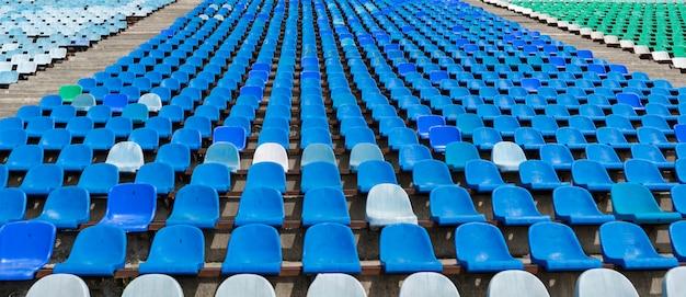 Panorama von leeren reihensitzen des stadions auf dem freilichtplatz vor konzerten