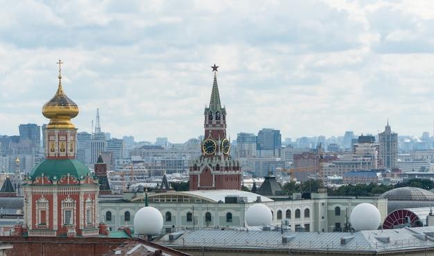 Panorama von moskau mit blick auf den kreml und die kirche