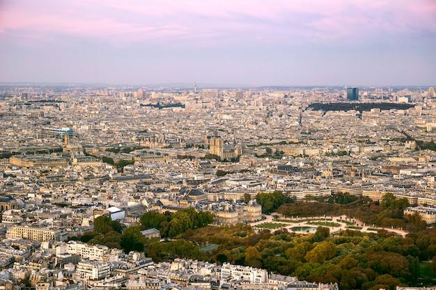 Panorama von paris während des sonnenuntergangs mit luxemburg-garten und notre dame, paris, frankreich