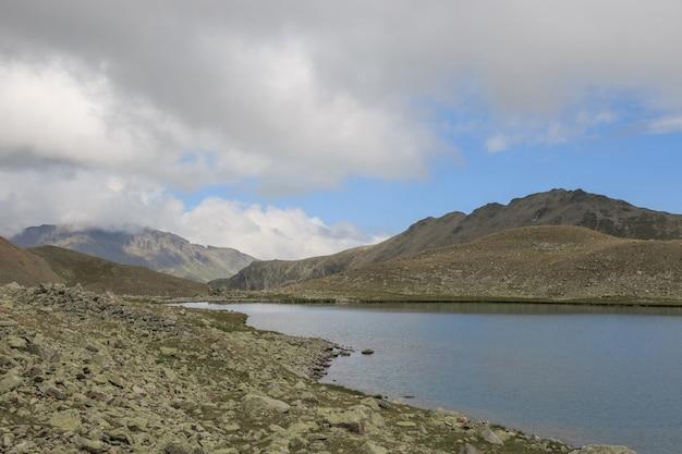 Panorama von seeszenen in den bergen, nationalpark dombay, kaukasus, russland, europa. dramatischer blauer himmel und sonnige landschaft am sommertag