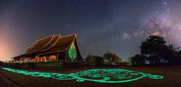 Panorama von tempel sirindhorn wararam phuproud in ubon ratchathani-provinz nachts und in der milchstraße