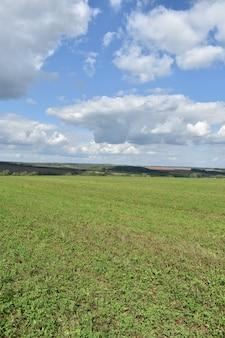 Panorama von weitfeld und wolken
