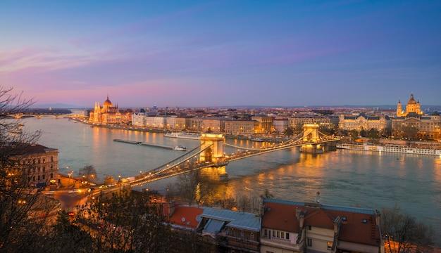 Panorama von zentralem budapest am abend