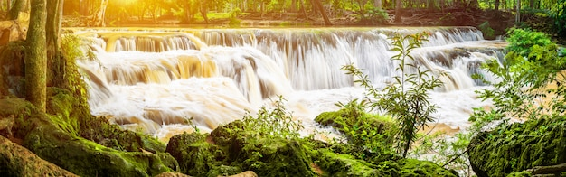 Panorama-wasserfall auf berg im tropischen wald am nationalpark