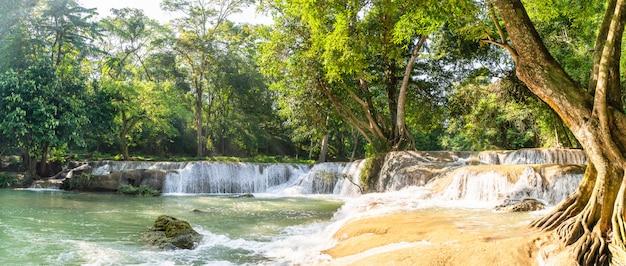 Panorama-wasserfall auf dem berg im tropischen wald