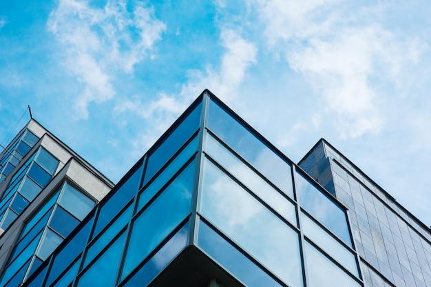 Panorama-weitwinkelansicht zum stahlblauen hintergrund der wolkenkratzer des hochhauses aus glas