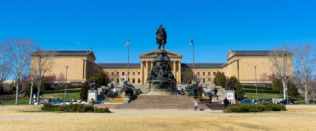 Panoramaansicht der menge und der touristen am philadelphia-kunstmuseum
