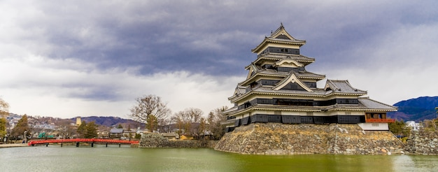 Panoramaansicht des matsumoto-schlosses (matsumoto-jo) und der roten brücke in ost-honshu