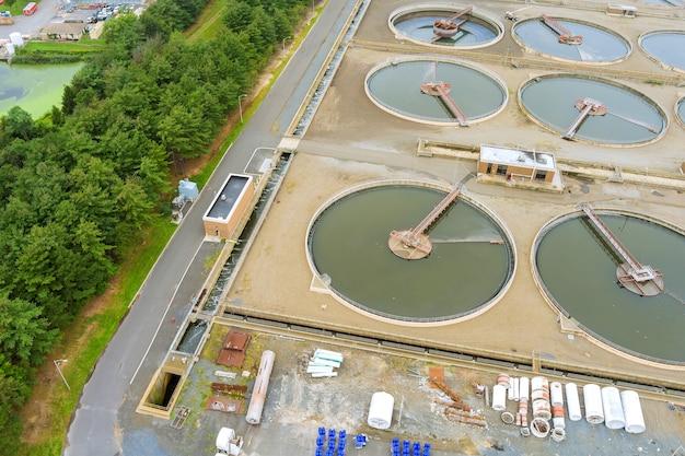 Panoramaansicht in aufbereitungs-rezirkulationswassertanks moderne städtische kläranlage