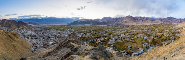 Panoramaansicht von leh-stadt im herbst und berg im hintergrund zur sonnenuntergangzeit