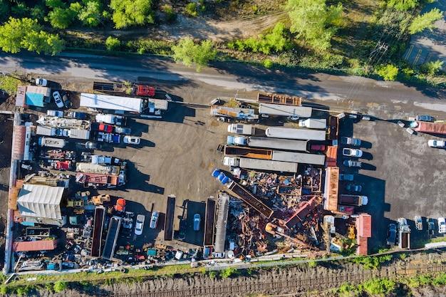 Panoramaansicht von metallplatten und abfällen, die in einem container in einem entsorgungsdienst gesammelt wurden