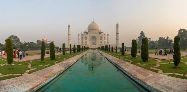 Panoramaansicht von taj mahal im sonnenaufganglicht mit reflexion, agra, indien
