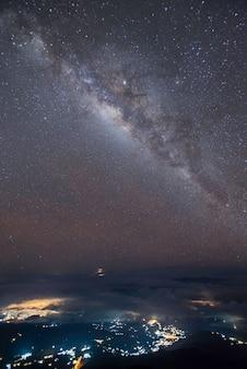 Panoramaansichtuniversum-raum schoss von der milchstraßegalaxie mit sternen auf einem nächtlichen himmel.