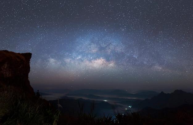 Panoramaansichtuniversumraumaufnahme der milchstraßengalaxie mit sternen auf einem nachthimmel und berg