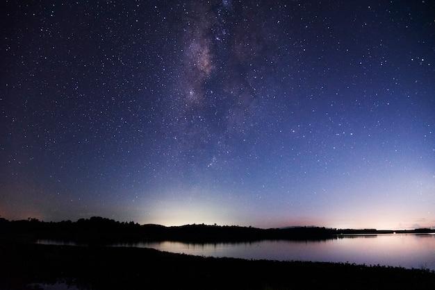 Panoramaansichtuniversumraumaufnahme der milchstraßengalaxie mit sternen auf einem nachthimmel und see