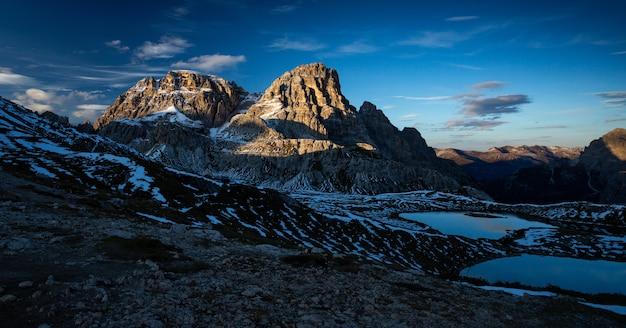 Panoramaaufnahme der dreischusterspitze in den italienischen alpen während des sonnenuntergangs
