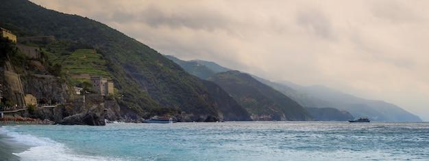 Panoramaaufnahme des küstendorfes monterosso al mare an der italienischen riviera in italien