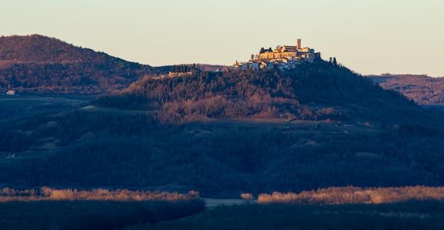 Panoramaaufnahme des motovun-dorfes in istrien, kroatien am frühen morgen