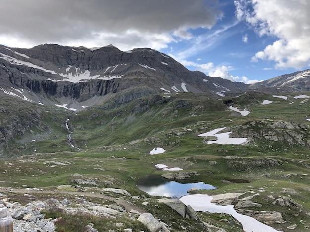 Panoramaaufnahme des parco nazionale gran paradiso valnontey in italien an einem bewölkten tag