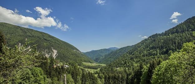 Panoramaaufnahme einer schönen landschaft der charinthia region in slowenien im sommer
