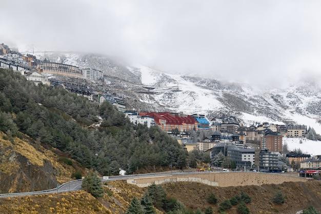 Panoramaaufnahme eines dorfes am mount sierra nevada südlich von spanien