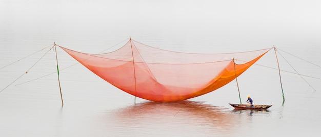 Panoramaaufnahme eines fischernetzes, das an der oberfläche des flusses thu bon in vietnam, asien, aufgehängt ist