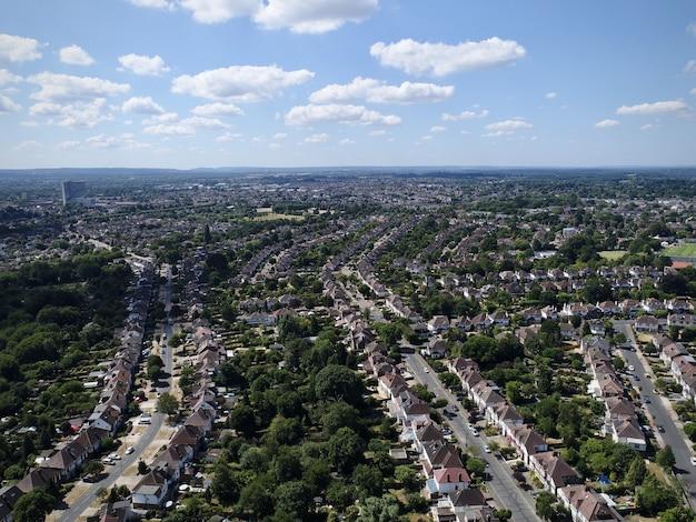 Panoramaaufnahme eines stadtbildes mit ordentlichen straßen und grün