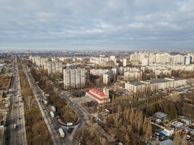 Panoramaaufnahmen aus der luft von der drohne aus der vogelperspektive zum modernen stadtviertel mit städtischer infrastruktur und wohngebäuden der stadt kiew.