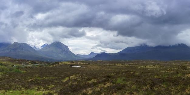 Panoramabild der wunderschönen landschaft auf der isle of skye im sommer, schottland