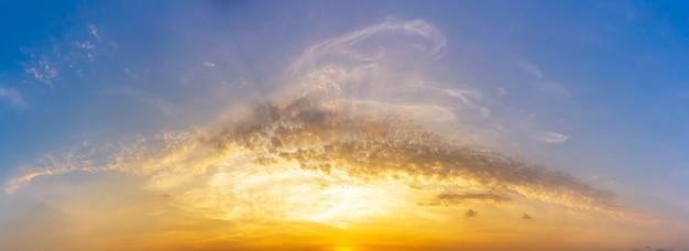Panoramabild des morgenhimmels und -wolke