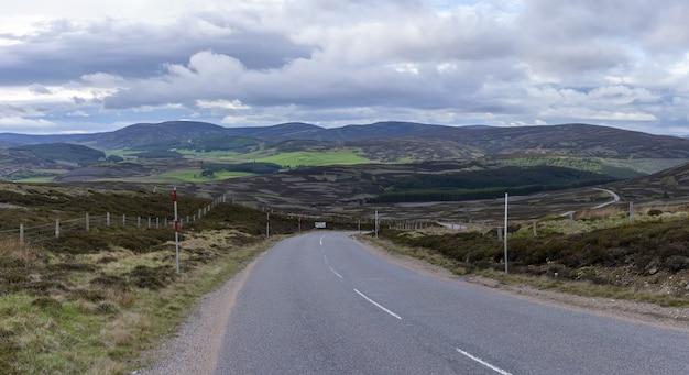 Panoramabild eines wunderschönen landschafts-roadtrips von inverness nach aviemore, schottland