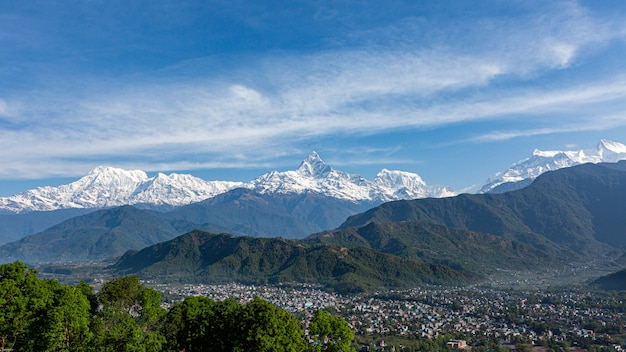 Panoramablick auf bergkette annapurna peak und machhapuchare peak