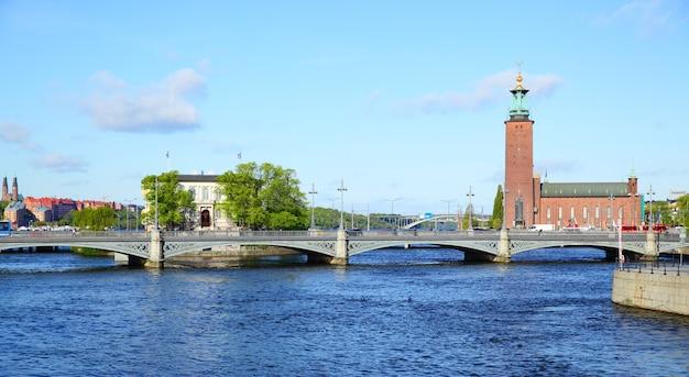 Panoramablick auf brücke und rathaus in stockholm, schweden