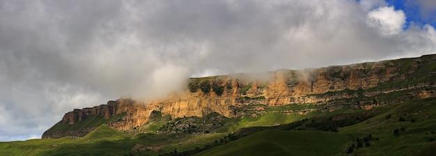 Panoramablick auf das bergplateau in den wolken im sommer, nordkaukasus in russland