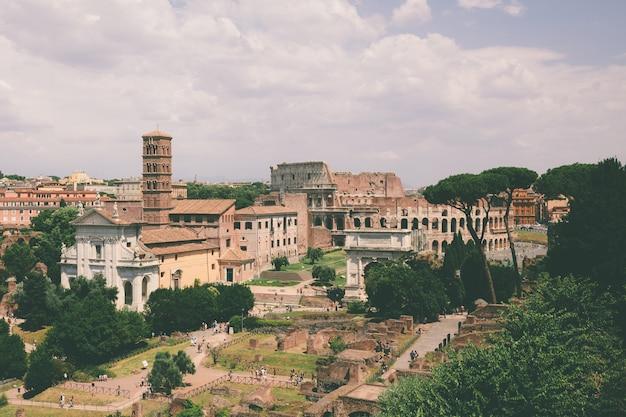 Panoramablick auf das forum romanum, auch bekannt als forum romanum oder foro romano vom palatin. es ist ein forum, umgeben von ruinen antiker regierungsgebäude im zentrum der stadt rom