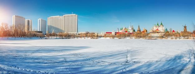 Panoramablick auf das hotel izmailovo und den kreml in moskau an einem sonnigen wintertag