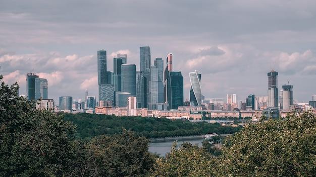 Panoramablick auf das moscow international business center. sparrow hills oder vorobyovy gory. zentraler bereich von moskau