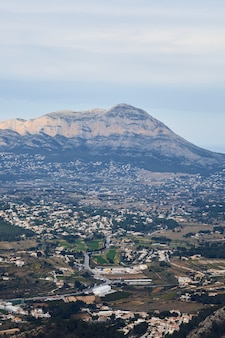 Panoramablick auf den berg montgo in denia und javea