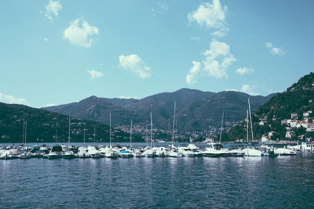 Panoramablick auf den comer see (lago di como) ist ein see glazialen ursprungs in der lombardei, italien. sommertag und dramatischer blauer himmel