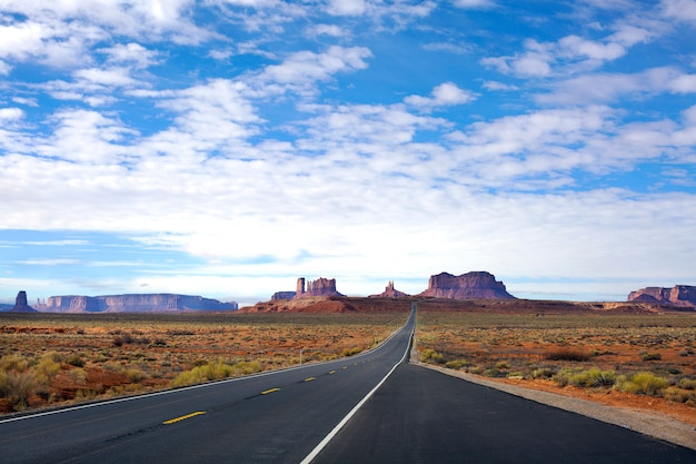 Panoramablick auf den eingang zum monument valley