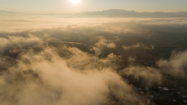 Panoramablick auf den farbenfrohen sonnenaufgang in den bergen (tag eines wortes. keine linien. kein irrelevant wie