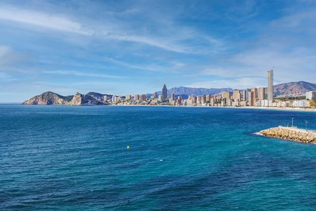 Panoramablick auf den playa de poniente in benidorm, berühmter ferienort an der mittelmeerküste spaniens