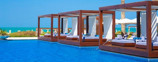 Panoramablick auf den pool in der nähe eines strandes