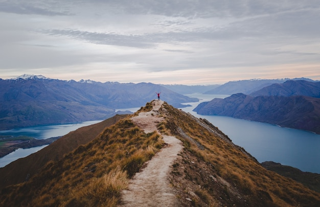 Panoramablick auf den roys peak in neuseeland mit niedrigen bergen in der ferne unter wolkenlandschaft