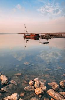 Panoramablick auf den salzsee bei sonnenuntergang