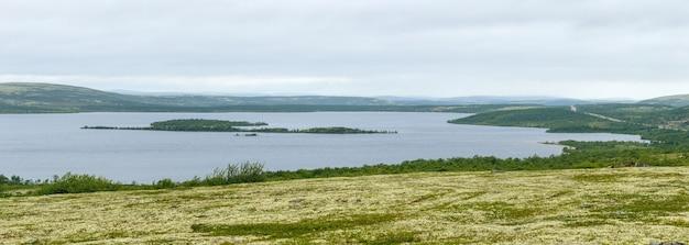 Panoramablick auf den see in der tundra der kola-halbinsel. die arktis, russland.