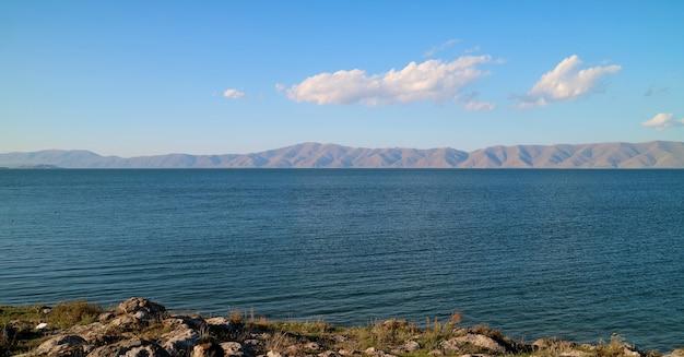 Panoramablick auf den sevan-see, den zweitgrößten süßwassersee der welt, armenien