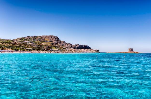 Panoramablick auf den strand von la pelosa, einen der schönsten küstenorte des mittelmeers, in der stadt stintino im norden sardiniens, italien