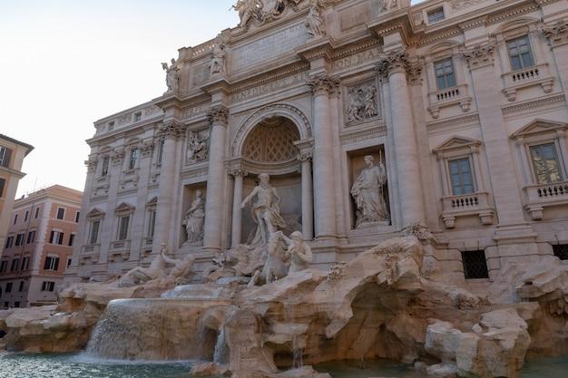 Panoramablick auf den trevi-brunnen im stadtteil trevi in rom, italien. es wurde vom italienischen architekten nicola salvi entworfen und von giuseppe pannini . fertiggestellt