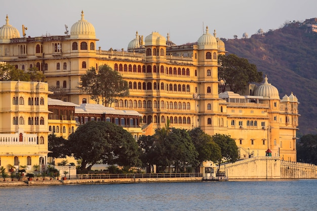 Panoramablick auf den udaipur city palace complex vom see pichola in rajasthan, indien